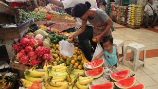 Belanja dan belajar mengenalkan buah kepada anak