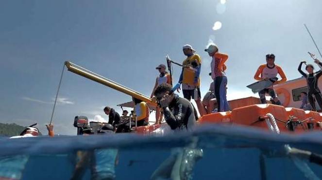 Wisatawan mancanegara melakukan aktivitas Freediving di Teluk Balohan, Sabang.