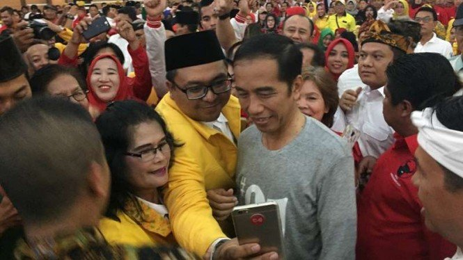 Capres nomor urut 01 Jokowi bersama para pendukung di Hotel Asrilia Kota Bandung.