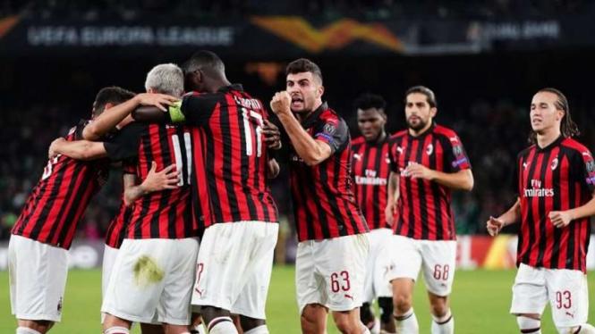 Para pemain AC Milan merayakan gol Suso ke gawang Real Betis