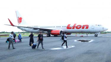 https://thumb.viva.co.id/media/frontend/thumbs3/2018/11/12/5be91ae944f08-penumpang-berjalan-di-samping-pesawat-lion-air-jenis-boeing-737-900-er-registra_375_211.jpg