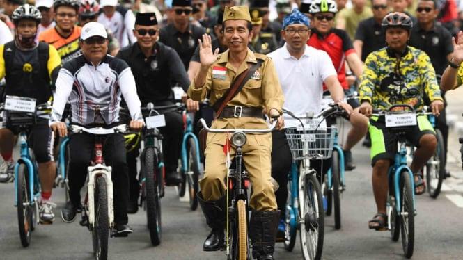Presiden Joko Widodo (tengah) didampingi Gubernur Jawa Barat Ridwan Kamil (kedua kanan) saat bersepeda di Bandung beberapa waktu lalu.