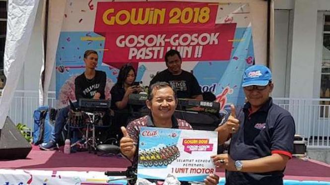 GoWin Serahkan Hadiah Motor dan Uang Tunai di Pasar Ceng Ho Jatim