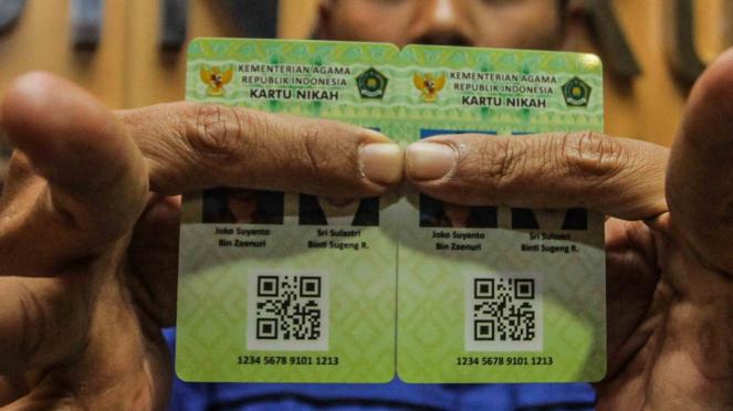 Petugas Kementerian Agama (Kemenag) menunjukkan Kartu Nikah di kantor Kemenag, Jakarta, Senin, 12 November 2018.