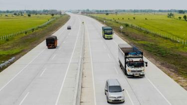 Sejumlah kendaraan melintas di jalan tol Trans-Jawa ruas Ngawi-Kertosono di Kabupaten Madiun, Jawa Timur
