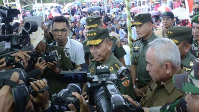 KSAD Jenderal TNI Mulyono menutup kegiatan TNI Manunggal Membangun Desa tahun 2018 di wilayah perbatasan Muara Wis, Kabupaten Kutai Kartanegara, pada Selasa pagi, 13 November 2018.