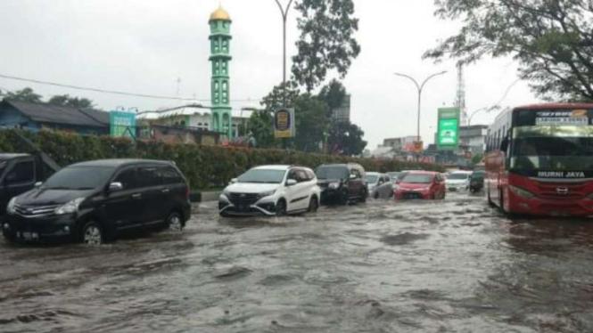 Terjang Banjir, Puluhan Kendaraan Mogok Di Kawasan Supermall Karawaci