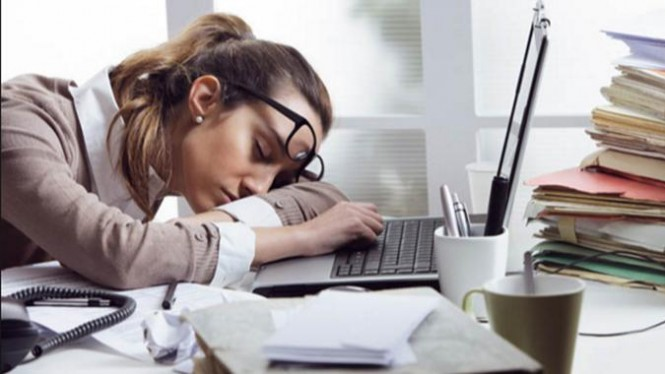 Ilustrasi wanita tertidur di saat jam kerja.