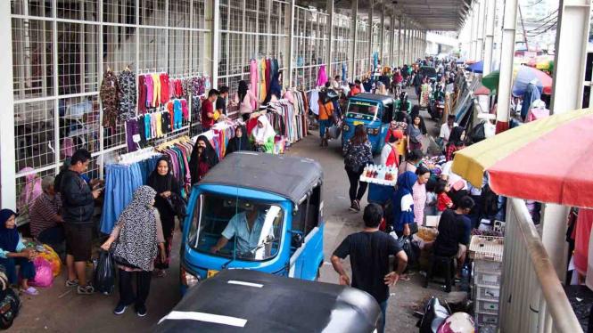Sejumlah pedagang kaki lima (PKL) berjualan di Jalan Jati Baru, Tanah Abang, Jakarta