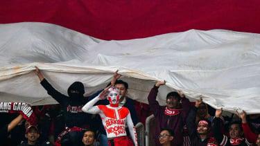 Suporter memberikan dukungan kepada timnas Indonesia yang melawan timnas Timor Leste dalam penyisihan grub B Piala AFF 2018 di Stadion Utama Gelora Bung Karno, Jakarta
