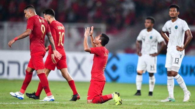 Pemain timnas Indonesia Evan Dimas (tengah) melakukan selebrasi usai terjadi gol untuk Indonesia saat melawan Timor Leste dalam pertandingan penyisihan grub B Piala AFF 2018 di Stadion Utama Gelora Bung Karno, Jakarta