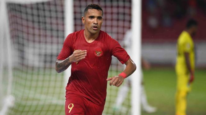 Pesepak bola Indonesia Alberto Goncalves berselebrasi usai mencetak gol ke gawang Timor Leste dalam laga lanjutan Piala AFF 2018 di Stadion Utama Gelora Bung Karno, Jakarta
