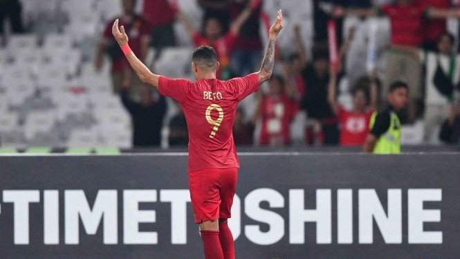 Pemain timnas Indonesia Alberto Goncalves melakukan selebrasi usai mencetak gol ke gawang timnas Timor Leste dalam pertandingan penyisihan grub B Piala AFF 2018 di Stadion Utama Gelora Bung Karno, Jakarta