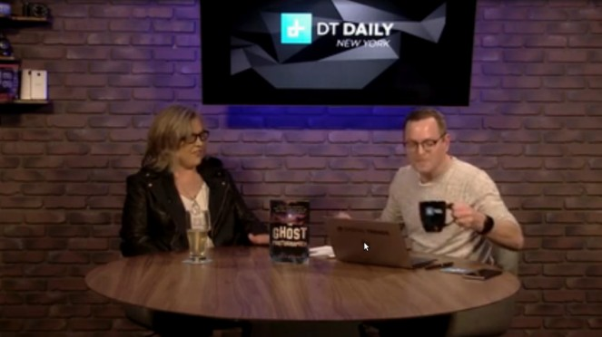 Julie Rieger saat berbincang tentang fotografi hantu di DT Daily