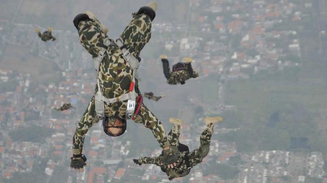Aksi Terjun Payung Marinir di HUT Marinir 73