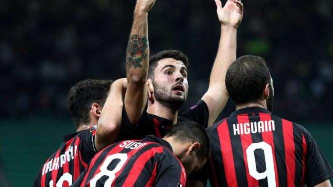 Para pemain AC Milan merayakan gol Patrick Cutrone
