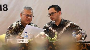 Ketua Komisi Pemilihan Umum (KPU) Arief Budiman (kiri) berdiskusi dengan Komisioner KPU Viryan (kanan) saat memimpin rapat pleno terbuka rekapitulasi daftar pemilih tetap hasil perbaikan (DPTHP) 2 di Jakarta