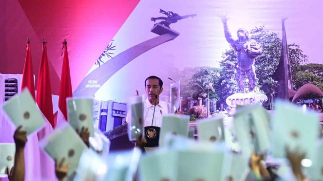 Presiden Joko Widodo meminta masyarakat menunjukkkan sertifikat saat Penyerahan Sertifikat Tanah Untuk Rakyat di Lapangan Ahmad Yani, Jakarta