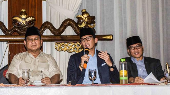Bakal calon Presiden dan Wakil Presiden Prabowo Subianto (kiri) dan Sandiaga Uno (tengah) bersama Ketua DPP PAN Yandri Susanto (kanan) memberikan keterangan pers di kediaman Prabowo, Jalan Kertanegara, Jakarta