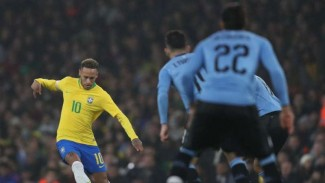 Striker Brasil, Neymar, saat menghadapi Uruguay.