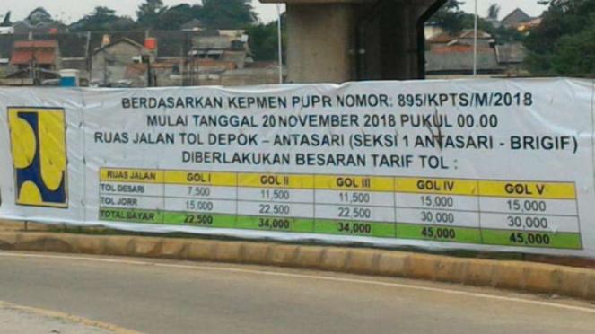 Spanduk tarif Jalan Tol Depok-Antasari.