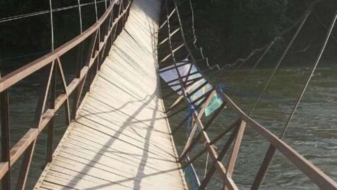 Jembatan Gantung Putus, Puluhan Warga Tercebur Sungai