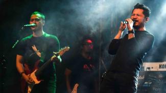 Vokalis grup band Andra and The Backbone Deddy Suryadi (kanan) dan gitaris Andra Ramadhan (kiri).
