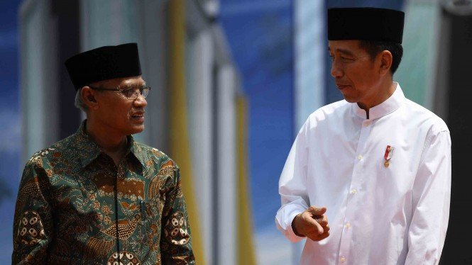 Presiden Joko Widodo (kanan) berbincang dengan Ketua Umum PP Muhammadiyah Haedar Nashir (kiri) saat peletakan batu pertama pembangunan tower Universitas Muhammadiyah Lamongan (UML) di Sekolah Tinggi Ilmu Kesehatan (STIKES) Muhammadiyah Lamongan, Jawa Timu
