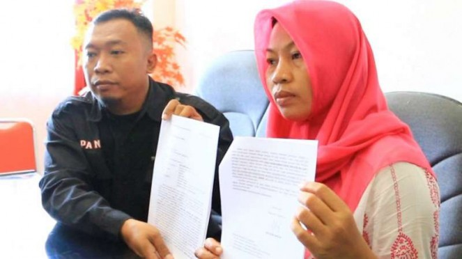 Baiq Nuril saat menunjukkan surat permohonan penundaan eksekusi.
