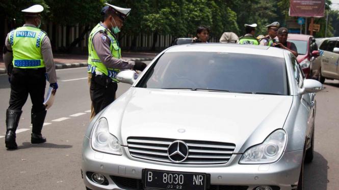 Ilustrasi petugas gabungan memeriksa pajak kendaraan bermotor.