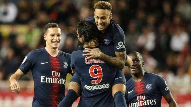 Para pemain Paris Saint-Germain (PSG) merayakan gol Edinson Cavani (9)