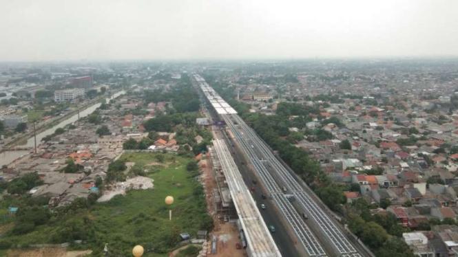 Konstruksi LRT (kiri), Jakarta-Cikampek Elevated (di atas tol Japek)