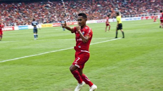 Pemain Persija Jakarta, Ramdani Lestaluhu, rayakan gol.