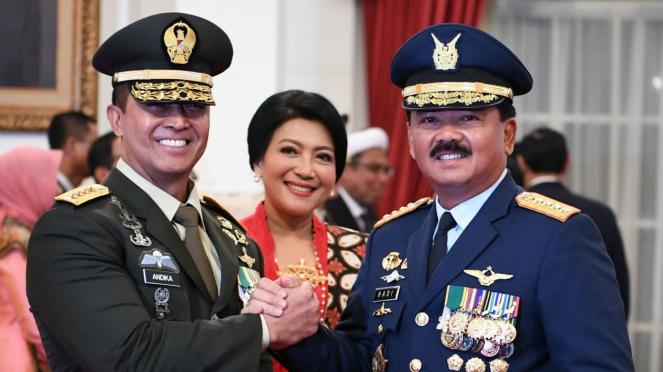 Panglima TNI Marsekal TNI Hadi Tjahjanto (kanan) melakukan salam komando dengan Kepala Staf Angkatan Darat (KSAD) yang baru Jenderal TNI Andika Perkasa (kiri) seusai pelantikan oleh Presiden Joko WIdodo di Istana Merdeka, Jakarta, Kamis, 22 November 2018.