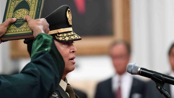 Pejabat baru Kepala Staf Angkatan Darat (KSAD) Letjen TNI Andika Perkasa melakukan prosesi pengucapan sumpah  yang dipimpin oleh Presiden Joko Widodo di Istana Merdeka, Jakarta, Kamis, 22 November 2018.