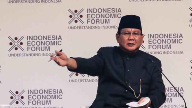 Calon Presiden Nomor Urut 2 Prabowo Subianto (kanan) bersama Founder Forum Ekonomi Indonesia Shoeb Kagda (kiri) memberikan paparan dalam Indonesia Economic Forum 2018 di Jakarta