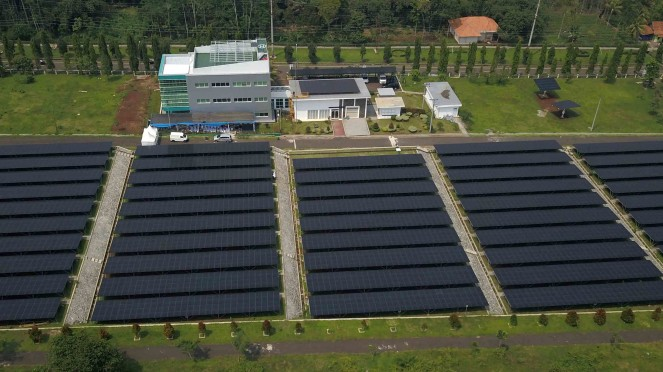 Foto udara panel surya di Pembangkit Listrik Tenaga Surya (PLTS) Cirata di Kabupaten Purwakarta, Jawa Barat