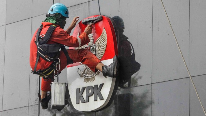 Pekerja membersihkan gedung KPK di Jakarta