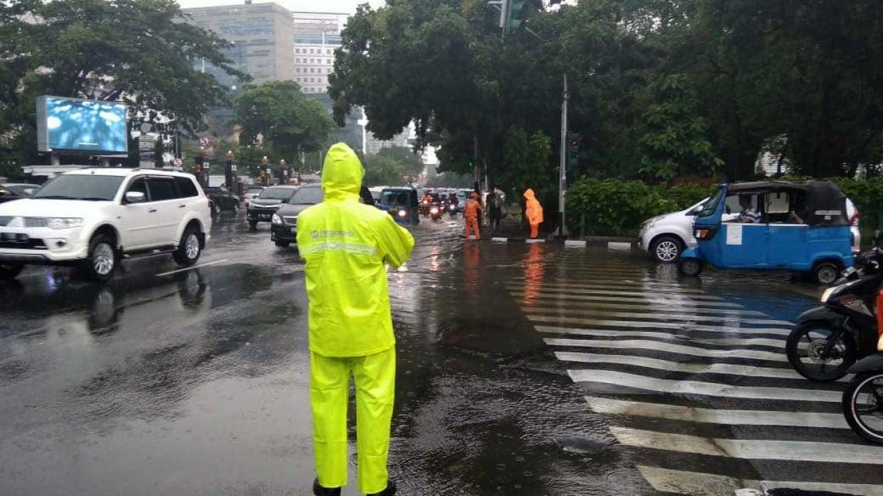 Suasana lalu lintas di kawasan depan PLN Gambir Jakarta Pusat usai hujan lebat