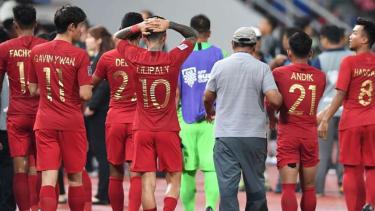 Para pemain Timnas Indonesia usai kalah dari Thailand di ajang Piala AFF 2018