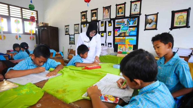 Ilustrasi guru mengajar di sekolah