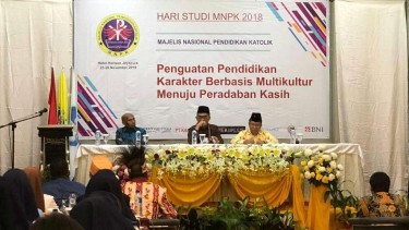 Mendikbud Muhadjir Effendy  berdialog dengan 300 peserta Hari Studi Majelis Nasional Pendidikan Katholik (MNPK) 2018 di Jayapura, Papua.