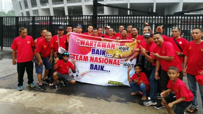 Spanduk sindiran untuk PSSI di laga Indonesia versus Filipina