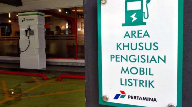 Stasiun pengisian untuk mobil listrik di SPBU Kuningan, Jakarta