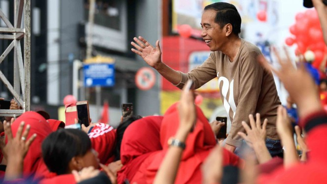 Calon Presiden nomor urut 01 Joko Widodo (kanan) menyapa peserta jalan sehat bertajuk Sehat Bersama #01JokowiLagi di Lampung