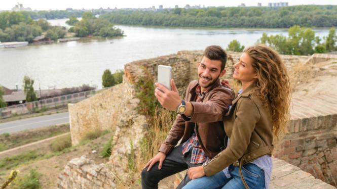 Ilustrasi pasangan selfie