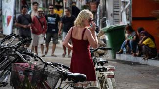 Wisatawan asing membawa sepeda di kawasan wisata Gili Trawangan, Desa Gili Indah, Tanjung, Lombok Utara, NTB, Senin, 26 November 2018.