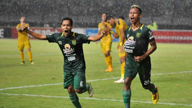 Penyerang Persebaya Surabaya Osvaldo Ardiles Haay (kanan) bersama rekannya Misbakus Solikin melakukan selebrasi usai mencetak gol ke gawang Bhayangkara FC dalam lanjutan Liga 1 Indonesia di Stadion Gelora Bung Tomo (GBT) Surabaya, Jawa Timur