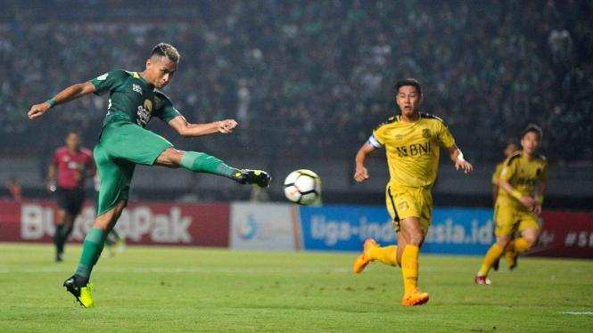 Pesepak bola Persebaya Surabaya Osvaldo Ardiles Haay (kiri) melepaskan tendangan ke arah gawang Bhayangkara FC dalam lanjutan Liga 1 Indonesia di Stadion Gelora Bung Tomo (GBT) Surabaya, Jawa Timur