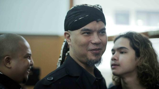 Terdakwa kasus dugaan ujaran kebencian melalui media sosial Ahmad Dhani bersiap menjalani sidang tuntutan di Pengadilan Negeri Jakarta Selatan, Jakarta